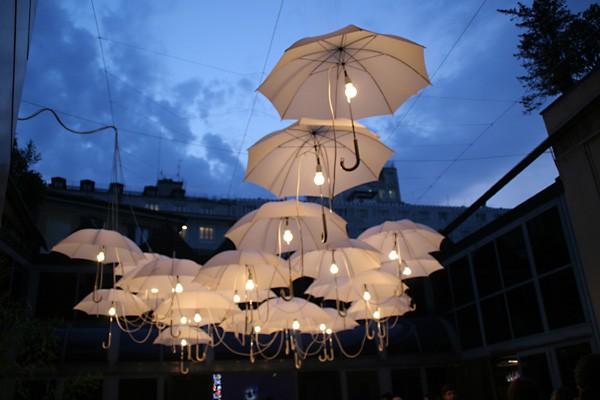 decoração de casamento com guarda chuva