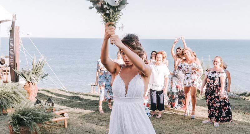 casamento Farol de Santa Martha - jogando o buquê