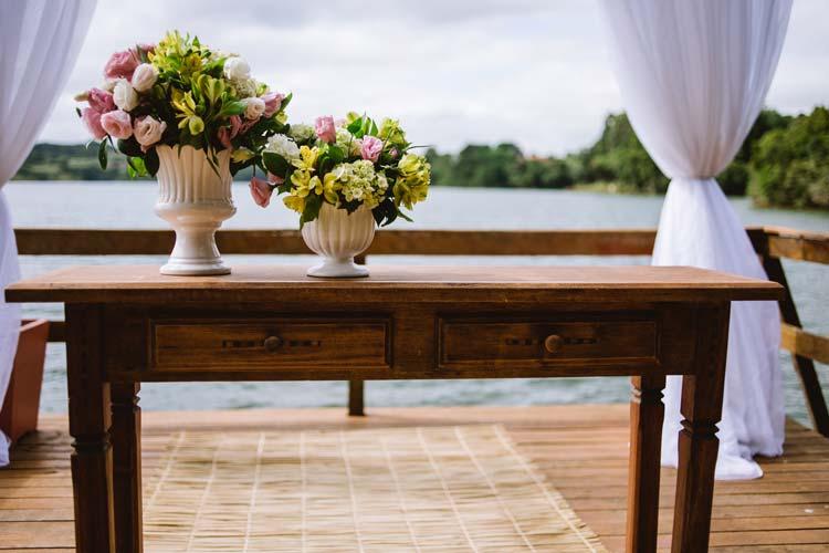Casamento ao ar livre em Curitiba, com vista incrível para um lindo lago. Decoração no estilo rústico chic e muitos detalhes inspiradores! Confira!