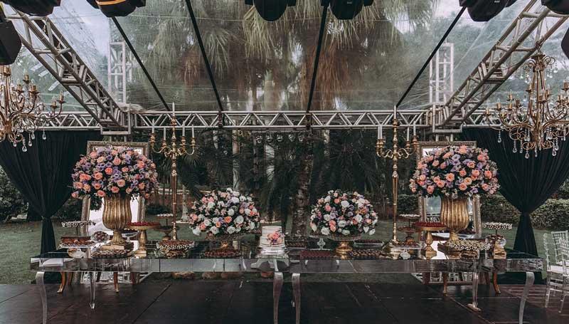 Casamento clássico com recepção ao ar livre - mesa do bolo