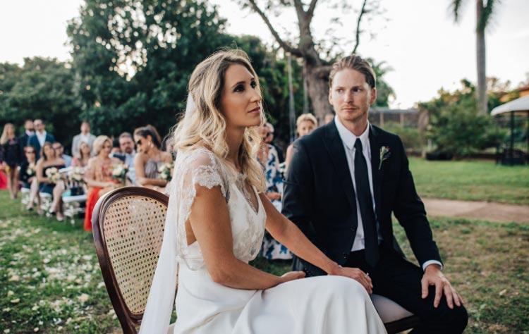 Casamento ao ar livre, com decoração rústica repleta de detalhes vintage, com gostinho de casamento de interior, cheio de coisas lindas para se ver.