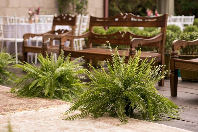 Um mini wedding rústico, com mobiliário de madeira, elementos em tons terrosos em um mix de decoração botânica e vintage que nós adoramos ver por aqui!