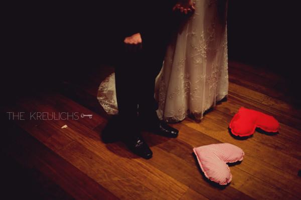 Decoração de casamento com corações de tecido