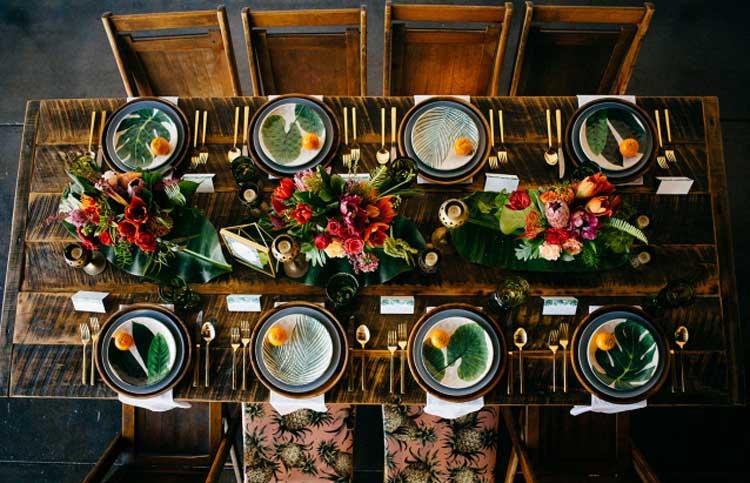Decoração de casamento tropical e cheia de personalidade, com mix de flores coloridas, móveis de madeira, toalhas estampadas, louças vintage e flamingos!