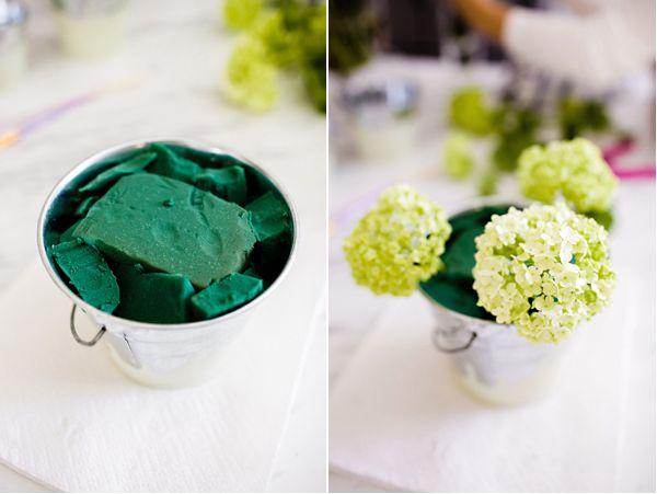 arranjo de flor em balde de alumínio