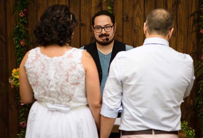 celebrante de casamento com mágica