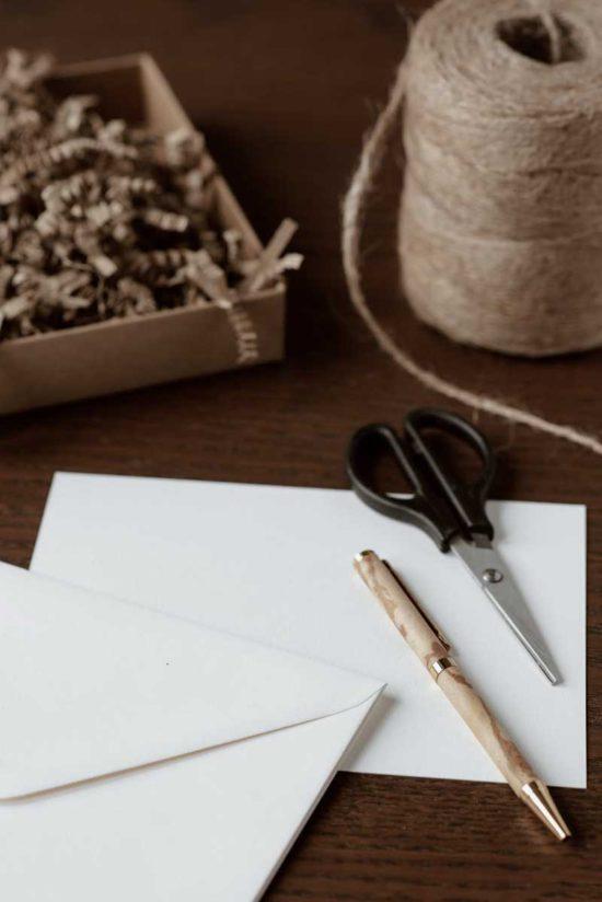 Diy: como fazer envelopes forrados para convite de casamento
