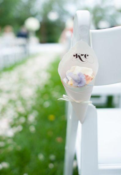 Cones de papel e pétalas na cerimônia de casamento