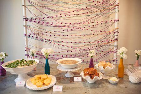 Aproveitando o friozinho, uma inspiração para iluminar e aquecer as noivas que estão em busca de ideias para o seu chá de cozinha: a decoração com lã.