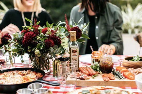 Como receber bem seus convidados, com pizza e acompanhamentos