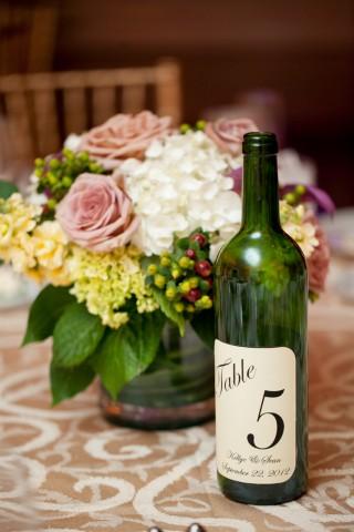 Marcador de mesa para casamento com garrafa de vinho
