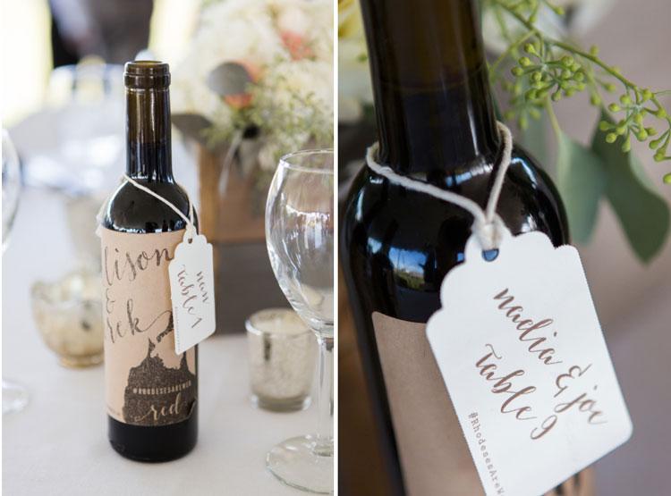 numerar a mesa dos convidados com garrafas de vinho