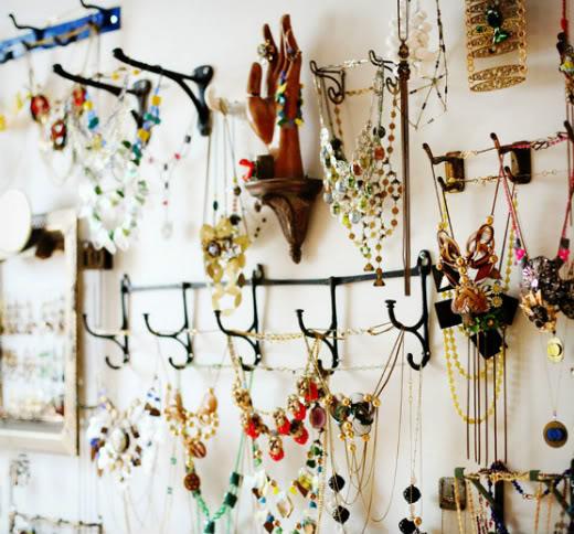 organização de brincos e colares