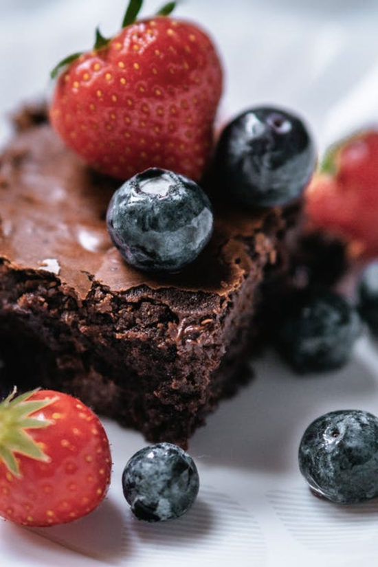Nutricionista lista 6 benefícios do chocolate e ensina receita de Brownie low carb