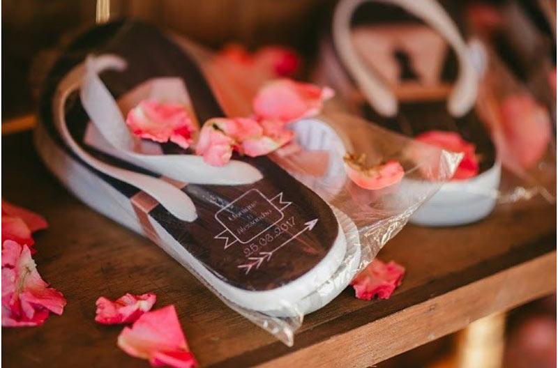 Chinelos personalizados são os mais procurados como lembrancinha de casamento