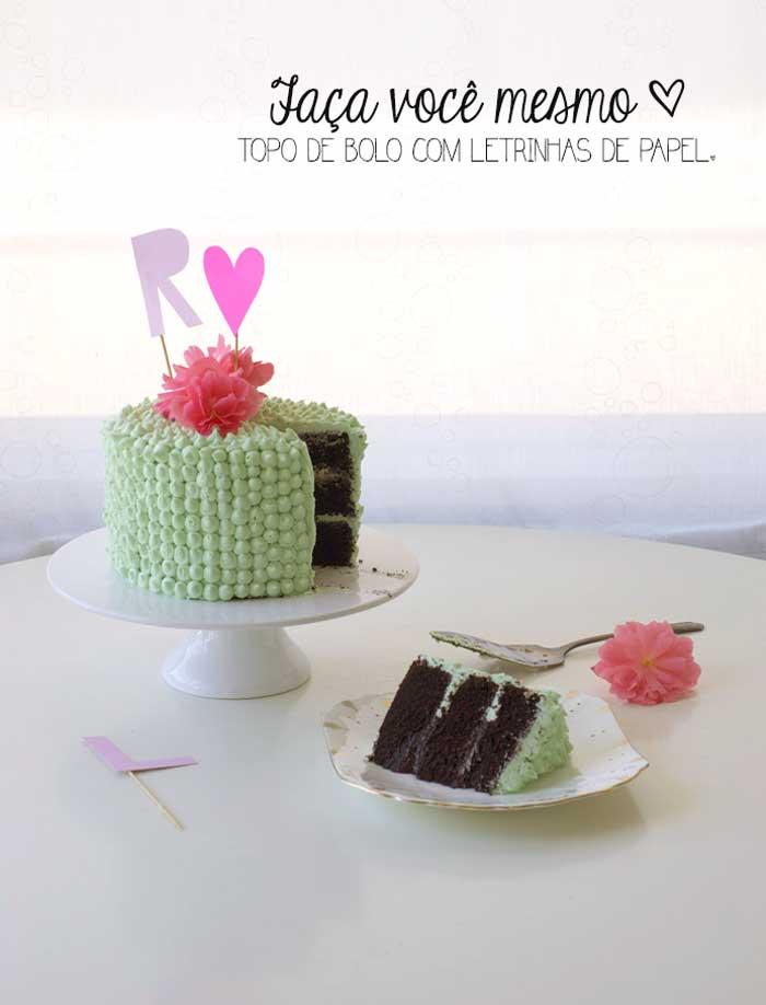 topo de bolo com letrinhas de papel